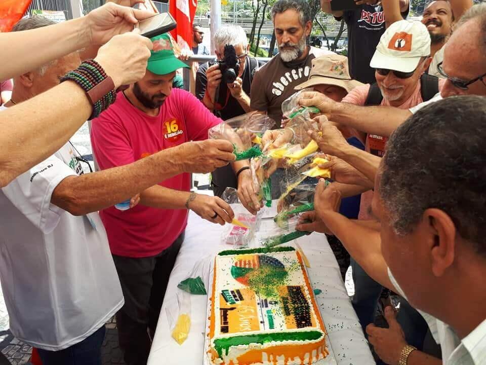 Ato celebra 65 anos da Petrobrás e protesta contra seu desmonte e entrega do Pré-sal Bolo 65